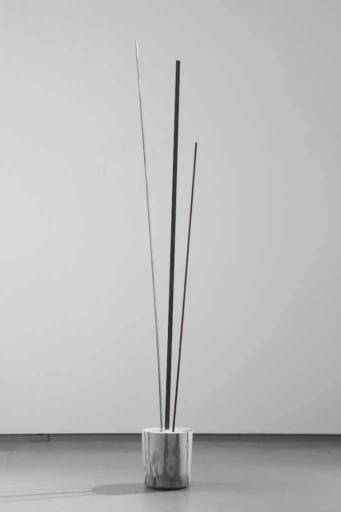菅木志雄 Kishio Suga 揺間立 Rise of Swaying Space 2010 iron, cement h.185.7 x w.21.0 x d.21.0 cm © Kishio Suga